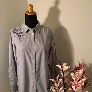 🌺Embroidered blue & white shirt size M